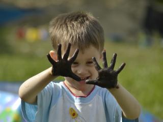 обои Руки ребенка в грязи фото