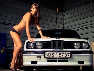 обои Красотка у белого BMW фото