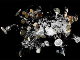 обои Деньги и брызги воды фото