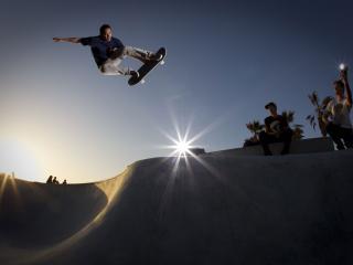 обои Скейтбордист на треке в прыжке фото