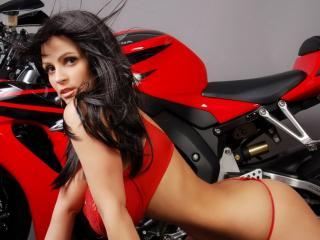обои Пышногрудая девушка у красного мотоцикла фото