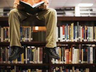 обои Чтение в библиотеке фото