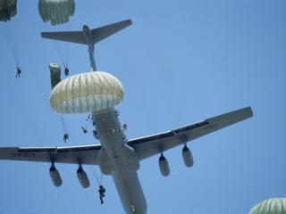 обои Десантирование с военного самолета фото