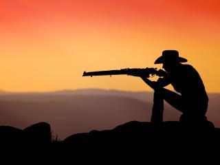 обои Ковбой на закате с винтовкой фото