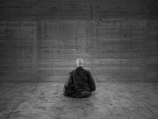 обои Медитация монаха у стены фото