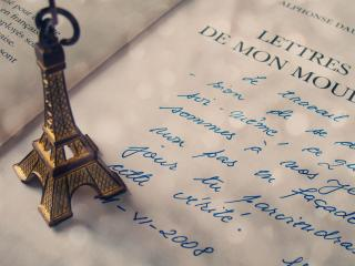обои Статуэтка Эйфелевой башни на открытой книге фото