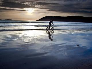 обои На велосипеде по побережью фото