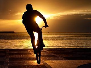 обои Парень велосипедист на закате фото