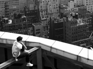 обои Парень на крыше здания фото