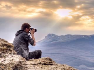 обои Парень фотограф снимает пейзаж с высоты фото