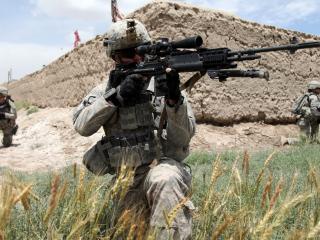 обои Патруль солдат с оружием фото