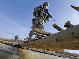 обои Переправа солдат через мост фото