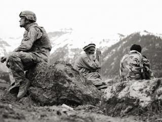 обои Солдаты и старик в горах фото