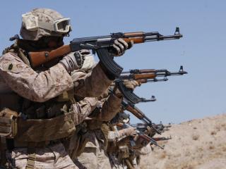 обои Солдаты с калашниковым на стрельбе фото