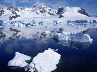 обои Белые куски льда и синева воды фото