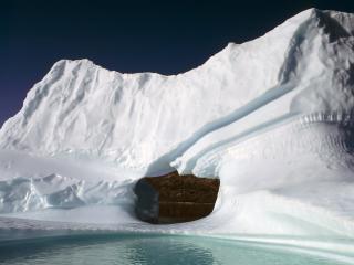 обои для рабочего стола: Вид берега через окно айсберга