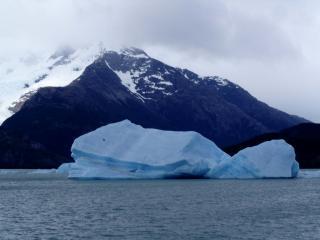 обои Заснеженные скалы и айсберг фото