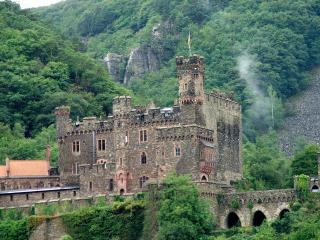 обои Замок в ущелье гор фото