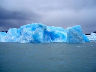 обои Ледяная глыба  в воде фото