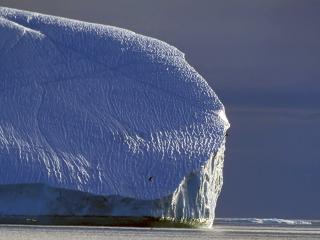 обои Масса льда плывущая по воде фото