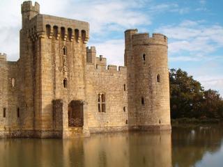 обои Стены крепости у воды фото