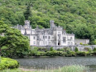 обои Красивая архитектура замка у подножья гор фото