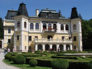 обои Газон с фонтаном у дворца фото