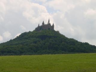 обои Замок на зеленом холме фото