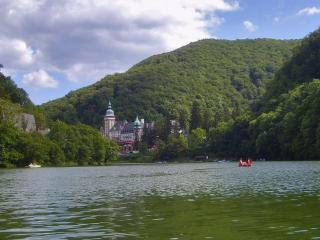 обои Замок на берегу озера в горах фото