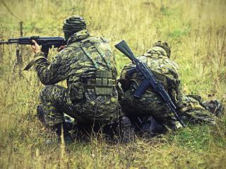 обои Спецназ с автоматами в поле фото
