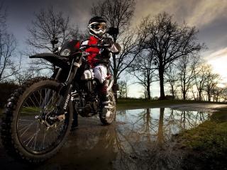 обои Мотоциклист в луже фото