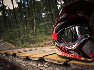 обои Шлем маунт-байкинг на досчатой дорожке фото