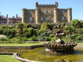 обои Пейзаж замка с фонтаном фото