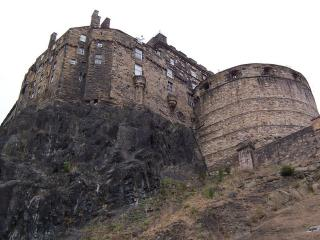 обои Скалистый склон с замком фото