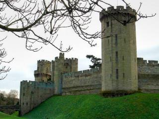 обои Смотровая башня и ров у стен замка фото