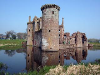 обои Старая крепость в пруду фото