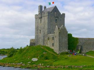 обои Старинная  крепость с флагом фото