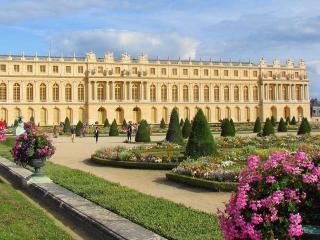 обои Цветущая площадь у дворца фото