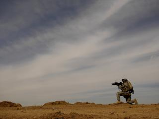 обои Солдат с оружием фото