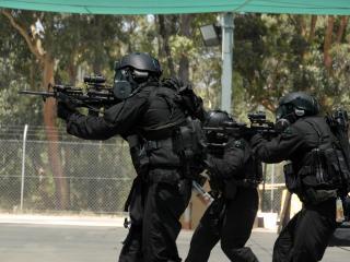 обои Спецназ в масках и жилетах с оружием фото