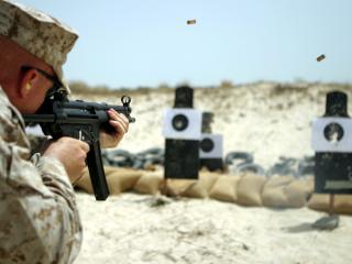 обои Стрельба солдата по мишенях фото