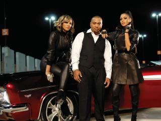 обои Трио на капоте красной машины фото