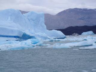 обои Пароход и снежные глыбы фото