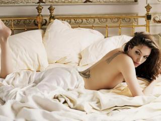 обои Angelina jolie в постеле фото