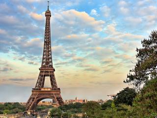 обои Парижская башня на фоне неба и зелени фото