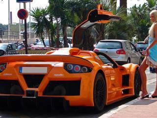 обои Блондинка у оранжевой машины фото