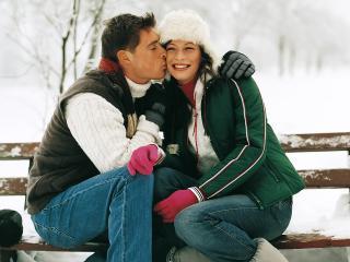 обои Муж целует жену на лавочке фото