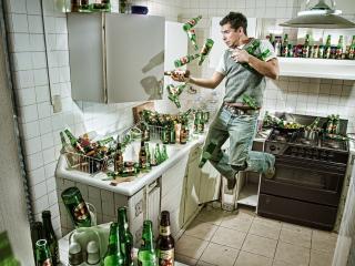 обои Мужчина жонглирует пустыми бутылками на кухне фото