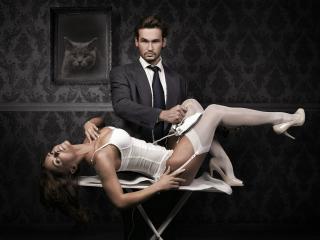 обои Мужчина с утюгом гладит девушку на гладилке фото