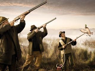 обои Охотники у водоема с оружием и пылесосом фото
